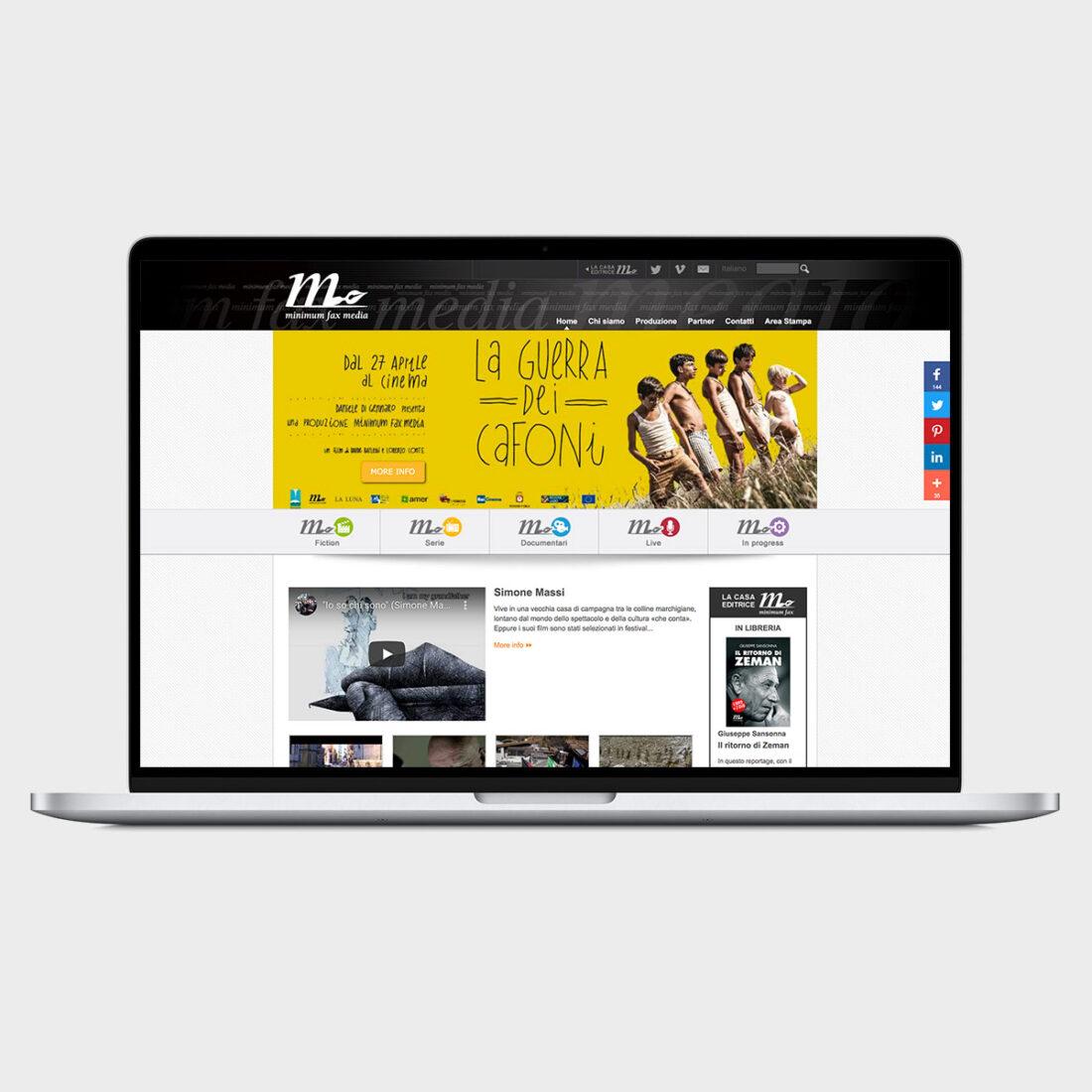 Monitor computer portatile con homepage del sito web di Minimum Fax Media con slide La guerra dei cafoni