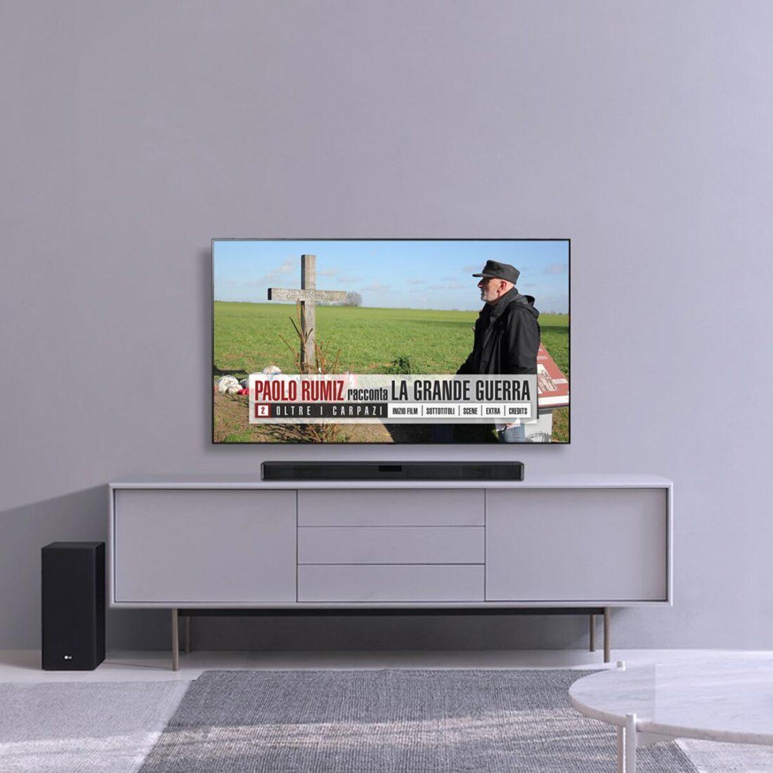 Salone grigio e schermo TV con il menu principale del secondo DVD della collana Paolo Rumiz racconta la Grande Guerra